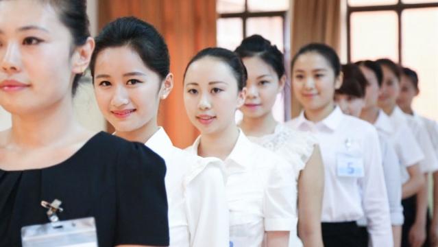 《冲ii》效应美女排队争做空姐
